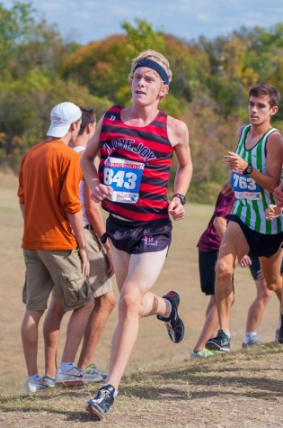 Sophomore Noah Landguth in the last stretch of a cross country race.